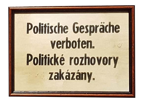Politické rozhovory zakázány (vtipná cedule)